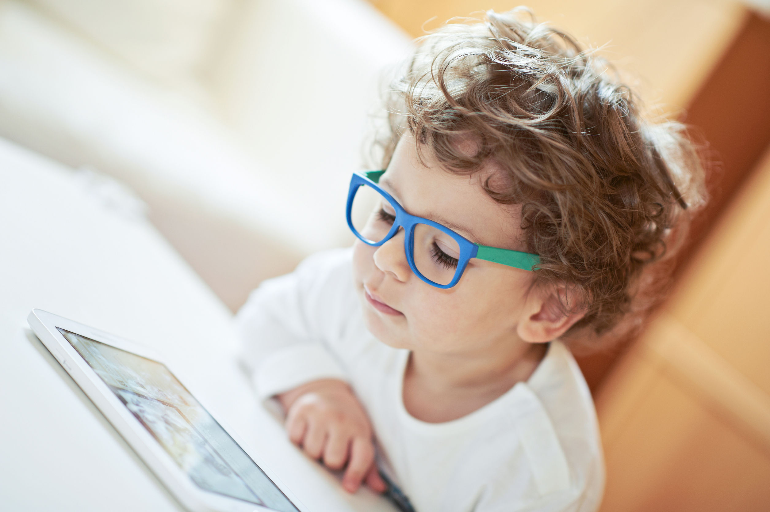 Smartfon i tablet w ręku dziecka