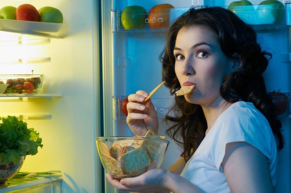 Dlaczego musisz przestać objadać się przed snem?