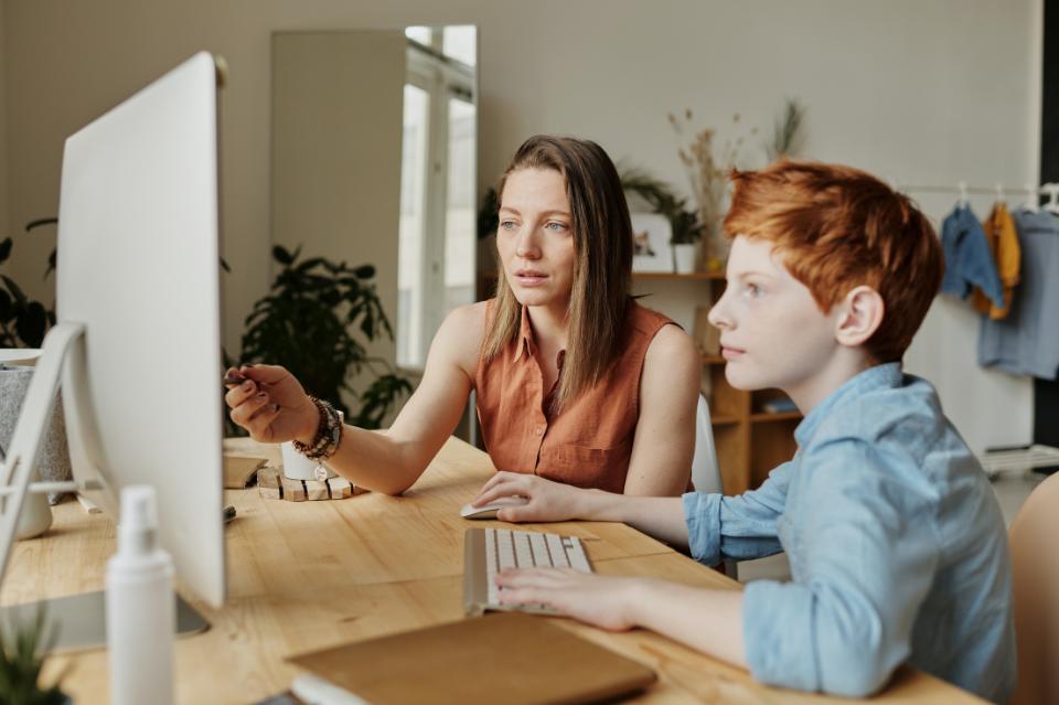 Jak wesprzeć dziecko w czasie zdalnego nauczania? 7 rad dla rodzica