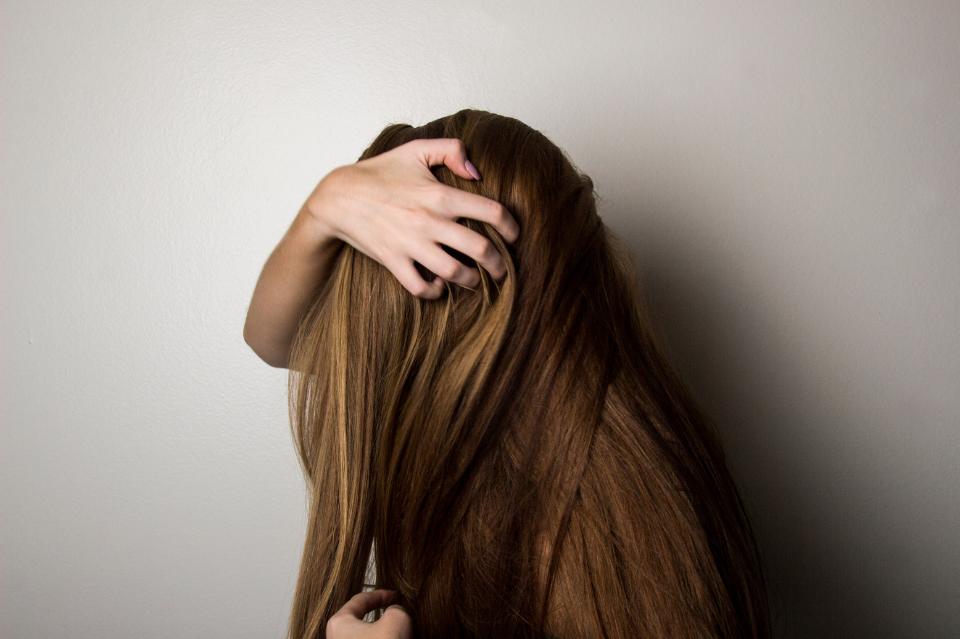 Przesuszona skóra głowy. Jak zadbać o skalp?