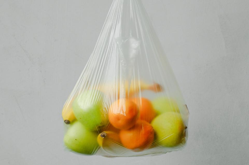 Jak zrezygnować z plastiku? 5 prostych zmian, które możesz wprowadzić