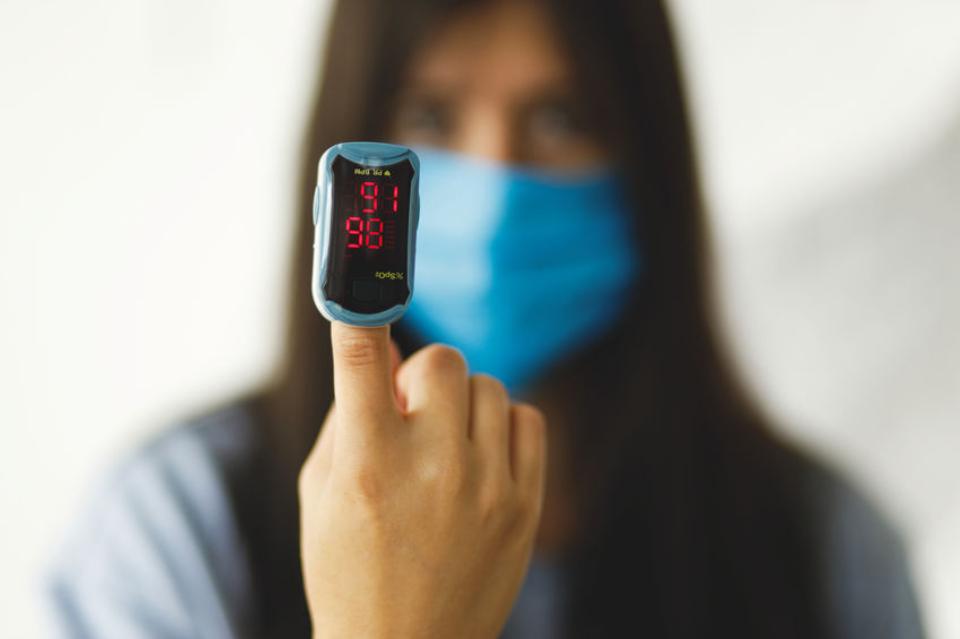 COVID-19: jak monitorować swój stan zdrowia? Pomóc może mierzenie natlenienia krwi