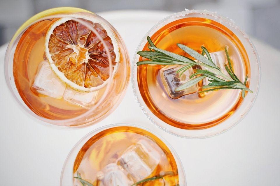 Napoje na upały: co pić, a czego unikać?