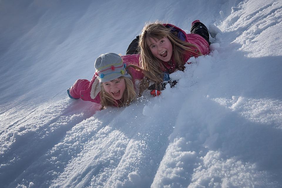 Kreatywne zabawy na śniegu. 5 pomysłów